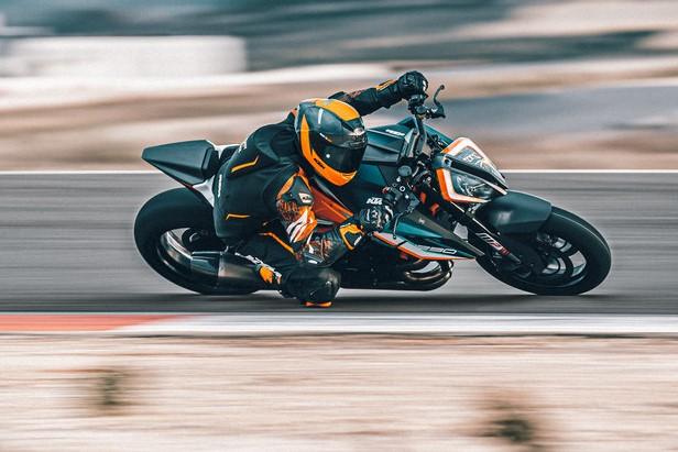 KTM 1290 SUPER DUKE RR Action (4)